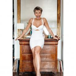 Modelująca sukienka w kolorze białym. Białe sukienki damskie Scottage, w koronkowe wzory, z koronki, klasyczne. W wyprzedaży za 68.95 zł.