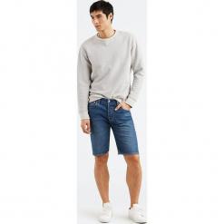 """Dżinsowe szorty """"501®"""" - Hemmed fit - w kolorze niebieskim. Niebieskie szorty męskie Levi's, z aplikacjami, klasyczne. W wyprzedaży za 121.95 zł."""