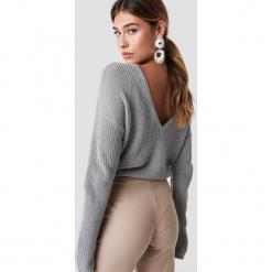 NA-KD Sweter z dzianiny z dekoltem V - Grey. Szare swetry damskie NA-KD, z dzianiny. Za 121.95 zł.