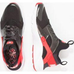 Nike Sportswear AIR HUARACHE RUN ULTRA Tenisówki i Trampki schwarz/pink. Buty sportowe dziewczęce Nike Sportswear, z materiału. W wyprzedaży za 367.20 zł.