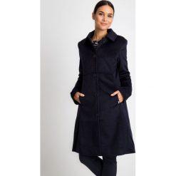 Klasyczny granatowy płaszcz z kołnierzem QUIOSQUE. Niebieskie płaszcze damskie QUIOSQUE, z tkaniny, eleganckie. W wyprzedaży za 349.99 zł.