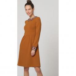 Sukienka w kolorze jasnobrązowym. Brązowe sukienki damskie TrakaBarraka, z dekoltem na plecach. W wyprzedaży za 139.95 zł.