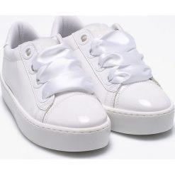 Guess Jeans - Buty. Białe obuwie sportowe damskie Guess Jeans, z jeansu. W wyprzedaży za 429.90 zł.