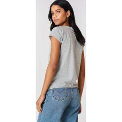 NA-KD Basic T-shirt z surowym wykończeniem - Grey. Szare t-shirty damskie NA-KD Basic, z bawełny, z okrągłym kołnierzem. Za 52.95 zł.