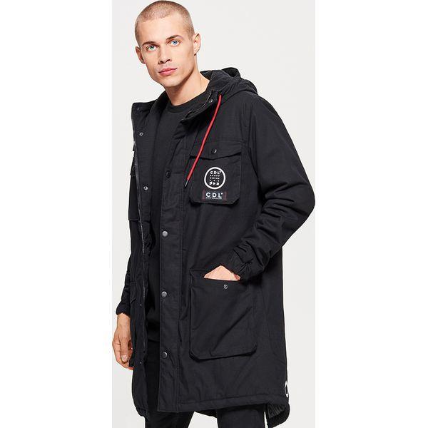 f0d7383ab3aea Zimowy płaszcz z kapturem - Czarny - Płaszcze męskie marki Cropp. W ...