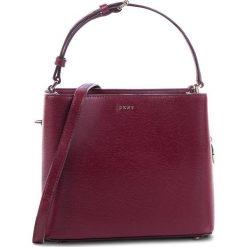 Torebka DKNY - R83J3619 Blood Red XOD. Czerwone torebki do ręki damskie DKNY, ze skóry. Za 849.00 zł.