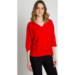 Czerwona bluzka z dekoltem w literkę V BIALCON. Czerwone bluzki damskie BIALCON. W wyprzedaży za 175.00 zł.