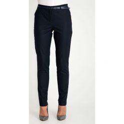 Klasyczne granatowe spodnie z paskiem QUIOSQUE. Szare spodnie materiałowe damskie QUIOSQUE, z haftami, z bawełny. W wyprzedaży za 99.99 zł.