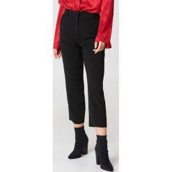 NA-KD Trend Spodnie z surowo wykończonymi nogawkami - Black. Czarne spodnie materiałowe damskie NA-KD Trend, z poliesteru. Za 161.95 zł.