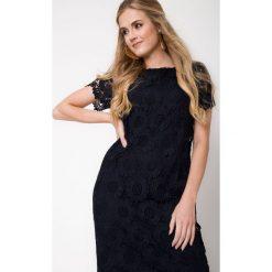 Granatowa koronkowa sukienka QUIOSQUE. Szare sukienki damskie QUIOSQUE, w koronkowe wzory, z dzianiny, eleganckie, z dekoltem na plecach, z krótkim rękawem. W wyprzedaży za 119.99 zł.