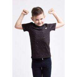 Koszulka sportowa dla małych chłopców JTSM304z - czarny. Czarne t-shirty dla chłopców 4F JUNIOR, z nadrukiem, z materiału. W wyprzedaży za 29.99 zł.
