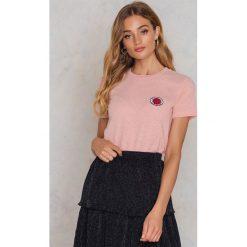 Samsoe & Samsoe T-shirt Lida - Pink. Różowe t-shirty damskie Samsøe & Samsøe, z aplikacjami, z bawełny, z okrągłym kołnierzem. W wyprzedaży za 72.89 zł.
