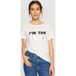T-shirt z błyszczącym nadrukiem - Biały. Białe t-shirty i topy dla dziewczynek Reserved, z nadrukiem. Za 24.99 zł.
