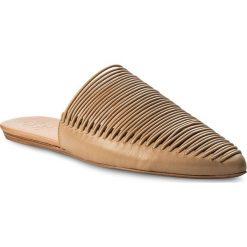 Klapki TORY BURCH - Sienna Flat Slide 47126 Natural Vachetta 267. Brązowe klapki damskie Tory Burch, ze skóry. W wyprzedaży za 689.00 zł.