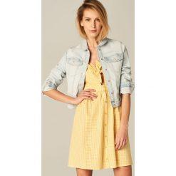 Krótka jeansowa kurtka - Niebieski. Niebieskie kurtki damskie Mohito, z jeansu. Za 119.99 zł.