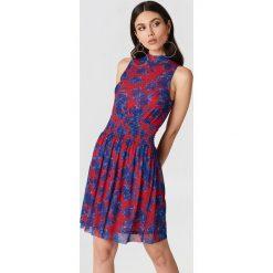 NA-KD Karbowana siateczkowa sukienka - Red,Multicolor. Czerwone sukienki damskie NA-KD, ze stójką. W wyprzedaży za 36.59 zł.