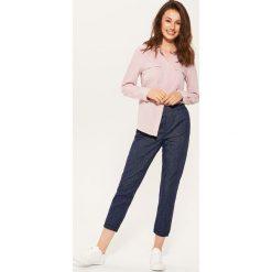 Materiałowe spodnie chino - Granatowy. Spodnie materiałowe damskie marki House. W wyprzedaży za 39.99 zł.
