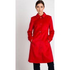 Klasyczny czerwony płaszcz z kołnierzem QUIOSQUE. Czerwone płaszcze damskie QUIOSQUE, z tkaniny, eleganckie. W wyprzedaży za 349.99 zł.