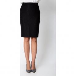 Czarna ołówkowa spódnica z połyskiem QUIOSQUE. Czarne spódnice damskie QUIOSQUE, z tkaniny, eleganckie. Za 139.99 zł.