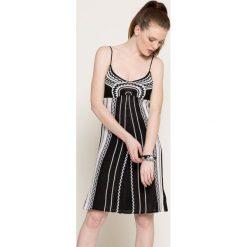 Guess Jeans - Sukienka. Szare sukienki damskie Guess Jeans, z aplikacjami, z bawełny, casualowe. W wyprzedaży za 229.90 zł.