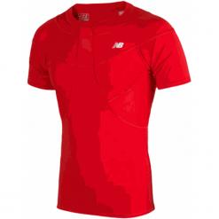 Koszulka kompresyjna - MT710135HRD. Czerwone koszulki sportowe męskie New Balance, na jesień, z elastanu. W wyprzedaży za 129.99 zł.