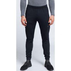 Spodnie treningowe męskie SPMTR002 - głęboka czerń. Spodnie sportowe męskie marki bonprix. W wyprzedaży za 149.99 zł.