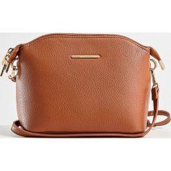 Torebka na ramię z odpinanym paskiem - Bordowy. Czerwone torby na ramię damskie Mohito. Za 99.99 zł.