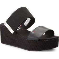 Klapki TOMMY JEANS - Material Mix Flatform Sandal EN0EN00217  Black 990. Czarne klapki damskie Tommy Jeans, z jeansu. W wyprzedaży za 219.00 zł.