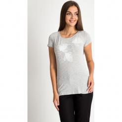 Szara bluzka z kwiatowym wzorem QUIOSQUE. Szare bluzki damskie QUIOSQUE, z dzianiny, z krótkim rękawem. W wyprzedaży za 29.99 zł.