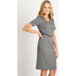 Szara taliowana sukienka z odcięciem QUIOSQUE. Szare sukienki damskie QUIOSQUE, ze skóry ekologicznej, biznesowe. W wyprzedaży za 69.99 zł.