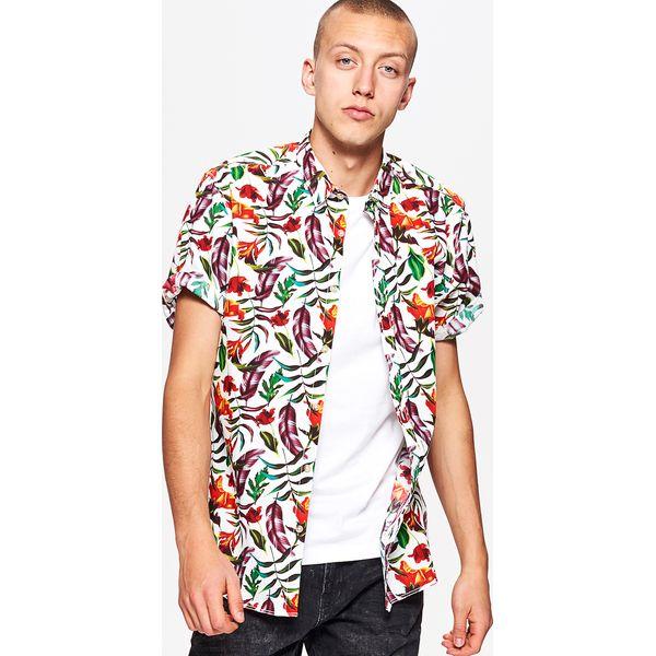 47a7da76615514 Koszula z egzotycznym wzorem all over - Khaki - Koszule męskie Cropp. W  wyprzedaży za 59.99 zł. - Koszule męskie - Odzież męska - Dla mężczyzn -  Chillizet. ...