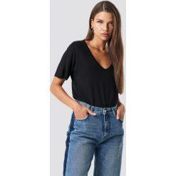 NA-KD Basic T-shirt basic z dekoltem V - Black. Czarne t-shirty damskie NA-KD Basic, z dzianiny, dekolt w kształcie v. Za 52.95 zł.