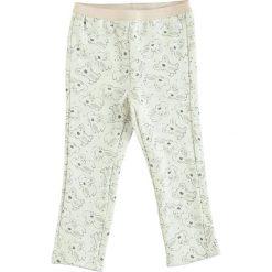 Spodnie dresowe w kolorze biało-jasnoróżowym. Spodenki niemowlęce marki 4f. W wyprzedaży za 35.95 zł.