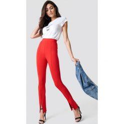 Hannalicious x NA-KD Spodnie z rozcięciami z przodu - Red. Czerwone spodnie materiałowe damskie Hannalicious x NA-KD. Za 161.95 zł.