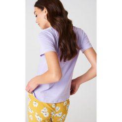 NA-KD Basic T-shirt basic - Purple. Fioletowe t-shirty damskie NA-KD Basic, z bawełny, z okrągłym kołnierzem. W wyprzedaży za 21.18 zł.