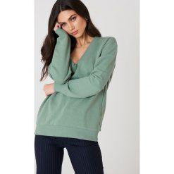 NA-KD Basic Bluza basic z dekoltem V - Green. Zielone bluzy damskie NA-KD Basic, z bawełny. Za 100.95 zł.
