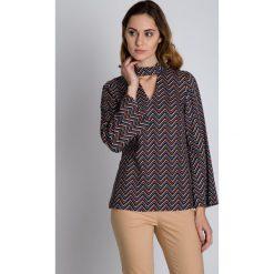 Oryginalna luźna bluzka we wzory  BIALCON. Brązowe bluzki damskie BIALCON, z tkaniny, eleganckie, z klasycznym kołnierzykiem. W wyprzedaży za 160.00 zł.