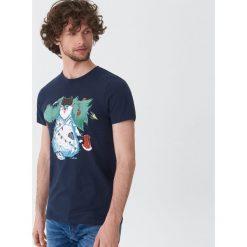 T-shirt ze świątecznym motywem - Granatowy. T-shirty męskie marki Giacomo Conti. W wyprzedaży za 19.99 zł.