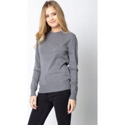 Szary sweter z kwiatową aplikacją QUIOSQUE. Szare swetry damskie QUIOSQUE, z jeansu, z golfem. W wyprzedaży za 99.99 zł.