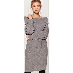 Długi sweter z prostym dekoltem - Szary. Szare swetry damskie Mohito. Za 129.99 zł.