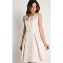 Żakardowa rozkloszowana sukienka bez rękawów BIALCON. Brązowe sukienki damskie BIALCON, z żakardem, młodzieżowe, z kopertowym dekoltem, bez rękawów. W wyprzedaży za 230.00 zł.