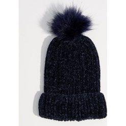 Szenilowa czapka z pomponem - Granatowy. Niebieskie czapki i kapelusze damskie Mohito. Za 39.99 zł.