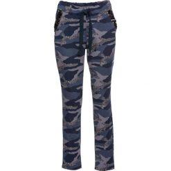 Spodnie dresowe z połyskiem bonprix niebiesko-szary. Spodnie dresowe damskie marki bonprix. Za 129.99 zł.
