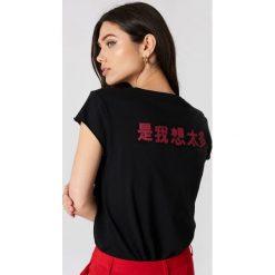 NA-KD T-shirt z chińskim nadrukiem z tyłu - Black. Czarne t-shirty damskie NA-KD, z nadrukiem, z dzianiny. W wyprzedaży za 56.67 zł.