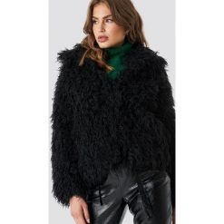 NA-KD Trend Krótka kurtka sztuczne futro - Black. Czarne kurtki damskie NA-KD Trend, z futra. Za 283.95 zł.