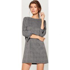 Sukienka mini w kratkę - Czarny. Czarne sukienki damskie Mohito, w kratkę. W wyprzedaży za 59.99 zł.