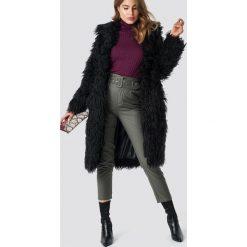 NA-KD Trend Długa kurtka sztuczne futro - Black. Czarne kurtki damskie NA-KD Trend, z haftami, z futra. Za 364.95 zł.