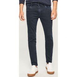 Jeansy slim fit - Granatowy. Niebieskie jeansy męskie Reserved. Za 129.99 zł.