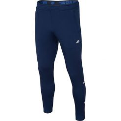 Spodnie treningowe męskie SPMTR202 - granatowy. Niebieskie spodnie sportowe męskie 4f, z dzianiny. W wyprzedaży za 129.99 zł.