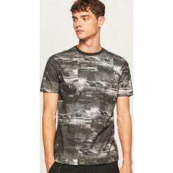 T-shirt z nadrukiem - Czarny. Czarne t-shirty męskie Reserved, z nadrukiem. Za 49.99 zł.